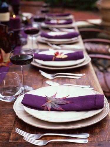 Como dobrar guardanapo de tecido roxo para jantar