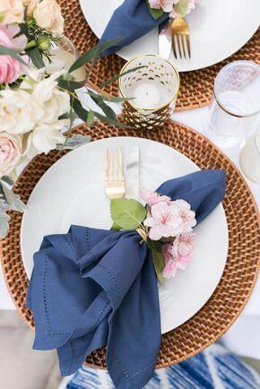 Como dobrar guardanapo azul para mesa de jantar