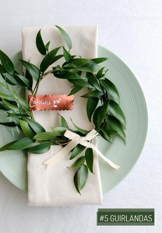 Decore a mesa de jantar com flores e aprenda como dobrar guardanapo