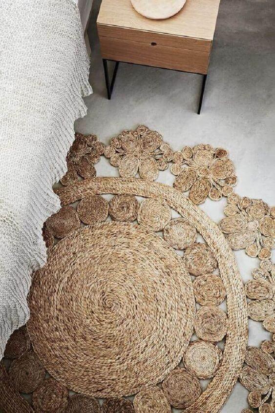 Tapete de palha artesanal no quarto