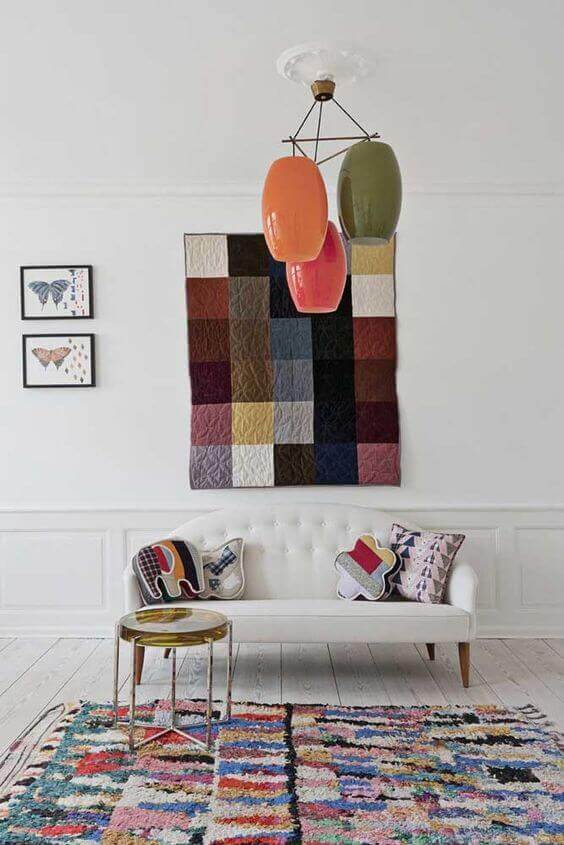 Tapete artesanal colorido na sala de estar com sofá branco