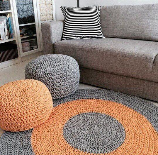 Faça os puffs combinando com o tapete artesanal de crochê