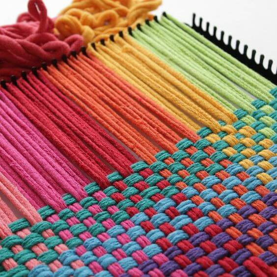 Tapete artesanal colorido para sala moderna
