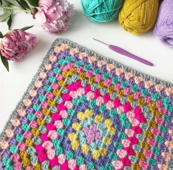 Tapete artesanal de crochê colorido para sala moderna