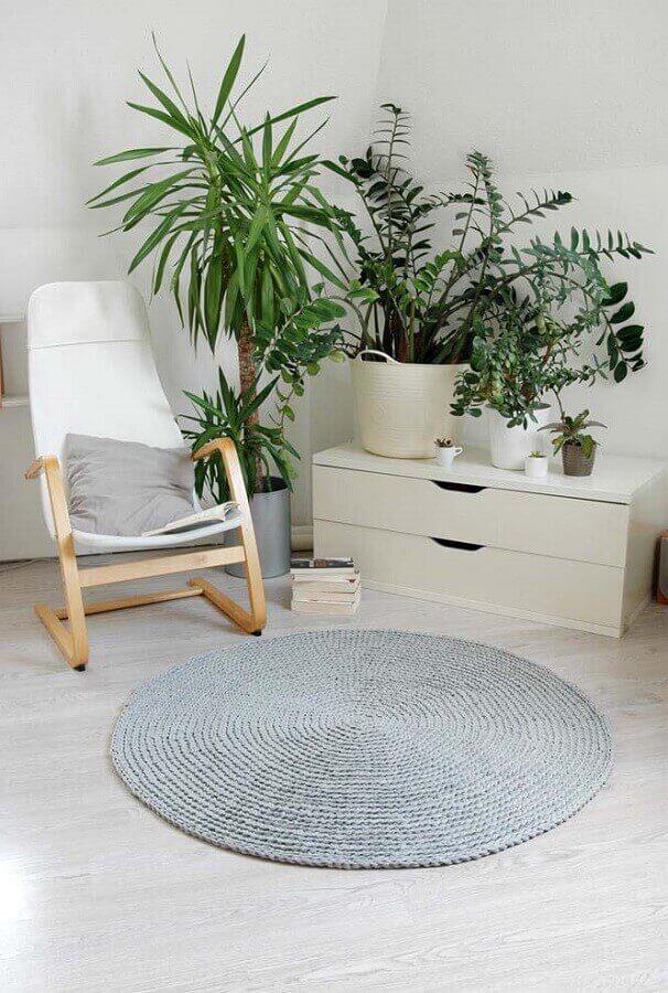 Sala de estar com poltrona branca