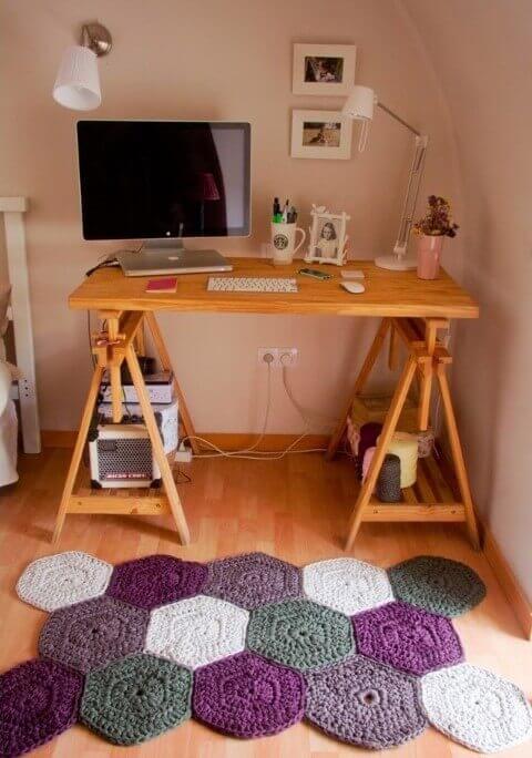 Escrivaninha com tapete artesanal roxo e cinza