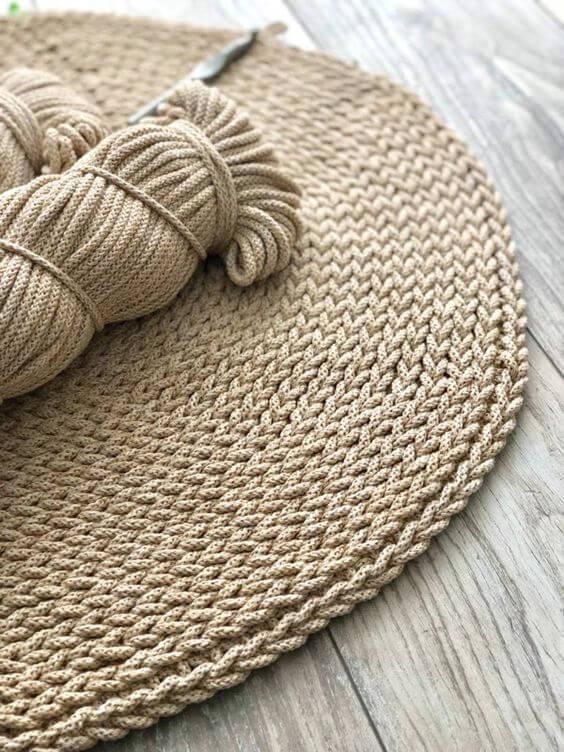 Tapete artesanal feito de crochê na cor palha