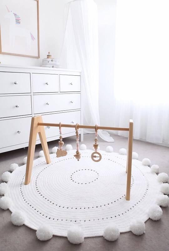 Tapete artesanal de crochê e pompom para quarto de bebê