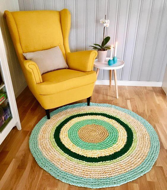 Poltrona amarela com tapete de crochê