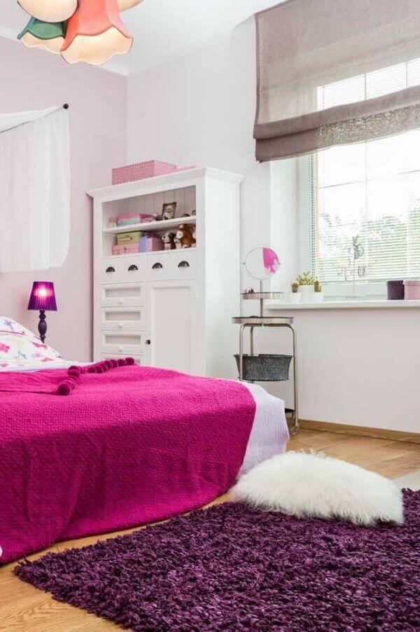 Quarto rosa e roxo com tapete artesanal