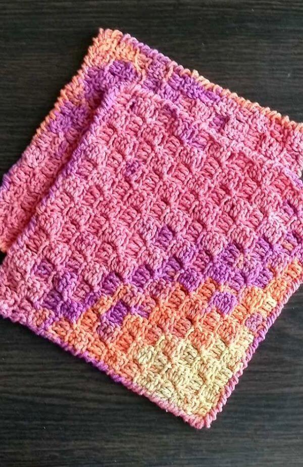 Tapete de crochê rosa e creme