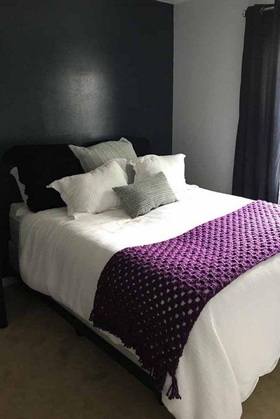 Cama decorada com manta roxa de crochê para iniciantes
