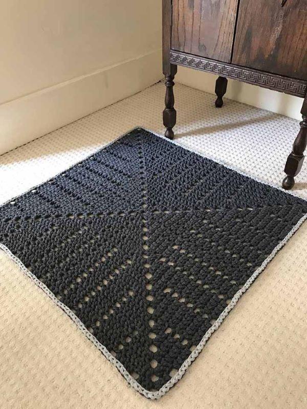O tapete quadrado é uma ótima forma de fazer um crochê para iniciantes
