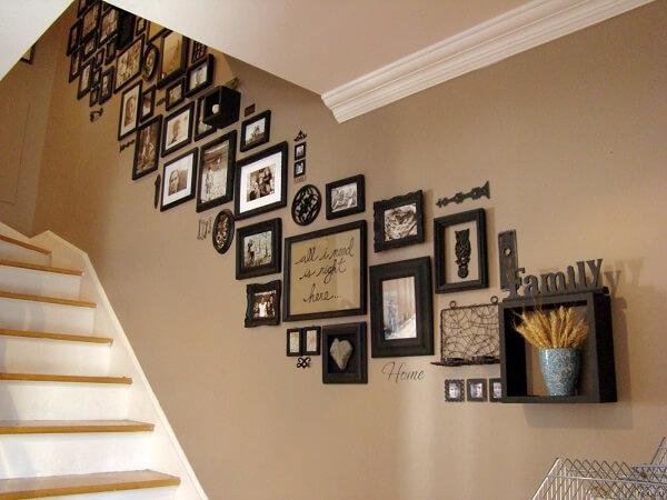 Aposte em quadro de fotos no ambiente de escada