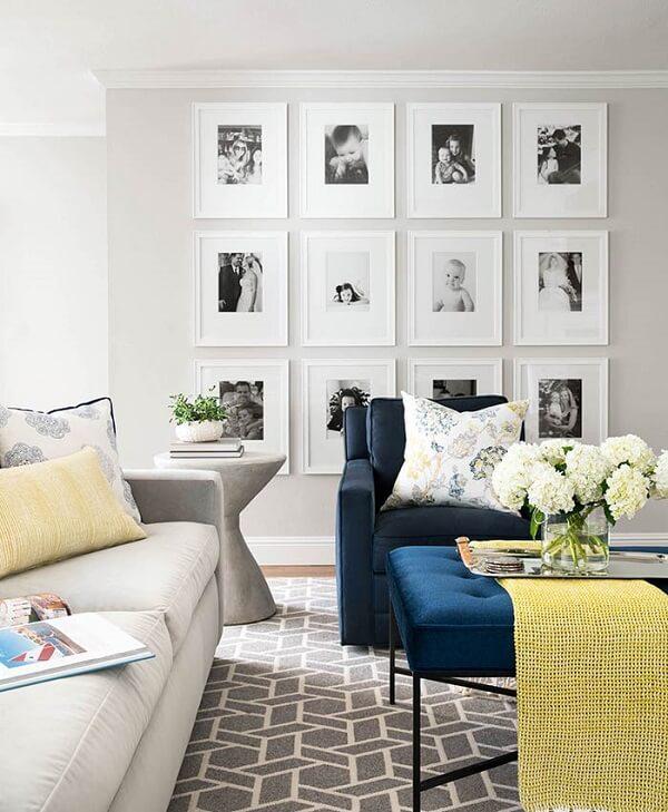 Composição de quadro de fotos com moldura branca para sala