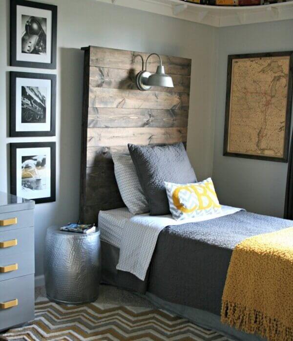 Composição vertical de quadro de fotos no quarto de solteiro