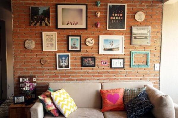 Parede de tijolinhos e quadro de fotos para decoração da sala