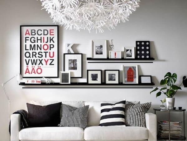 Posicione o quadro de fotos em uma bancada na sala de estar