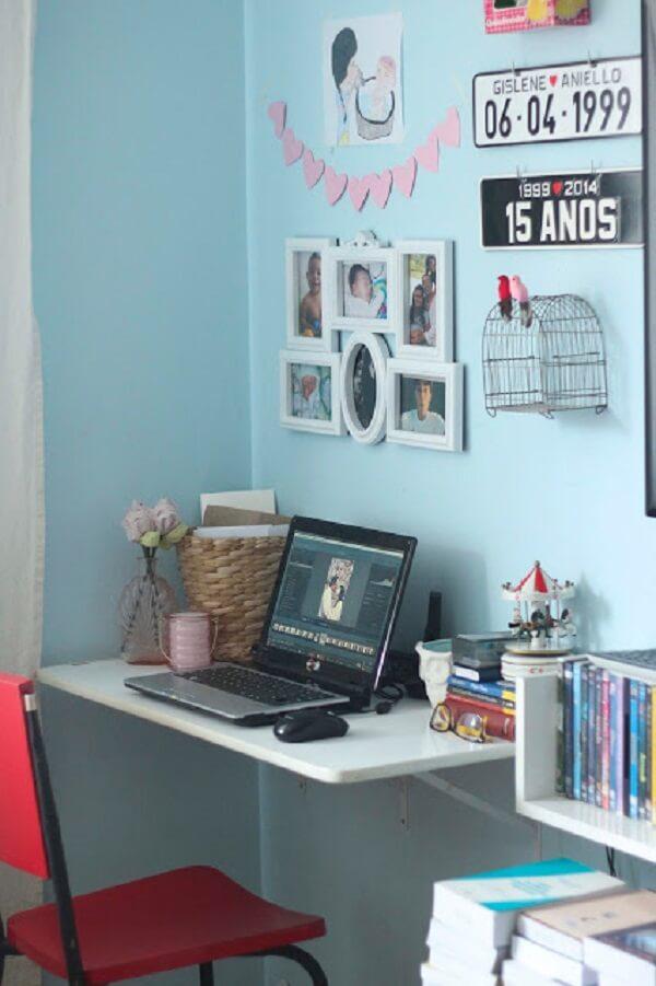 Quadro de fotos compõe a decoração do home office