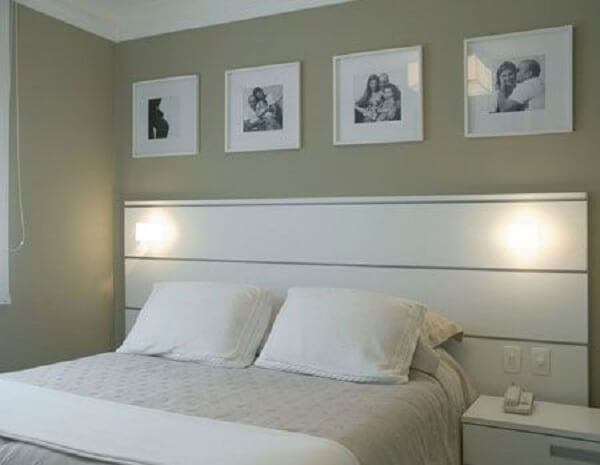 Quadro de fotos acima da cama de casal