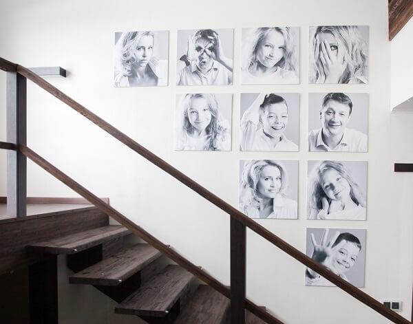 Quadro de fotos ao pé da escada