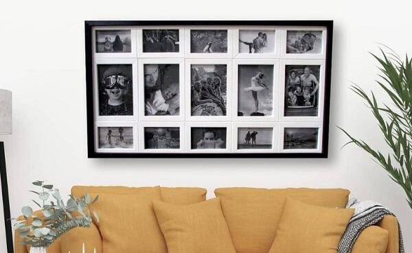 Quadro de fotos compõe a decoração da sala de estar