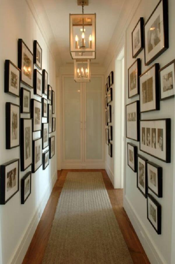 Utilize o corredor de casa para dispor o quadro de fotos da família