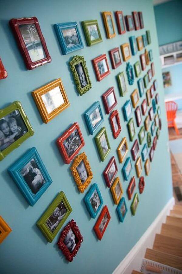 Aposte em mini quadro de fotos para o ambiente de escada