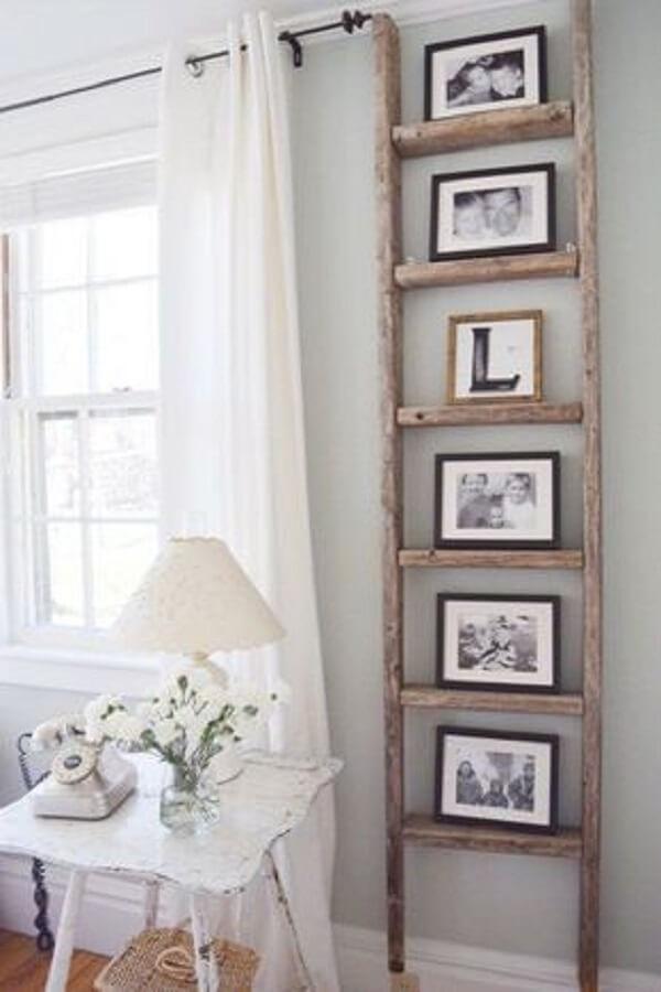 Aproveite o espaço da sala pequeno e estruture em quadro de fotos na vertical
