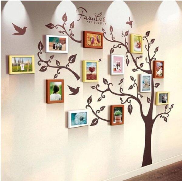 Estruture o quadro de fotos em conjunto com o adesivo de parede