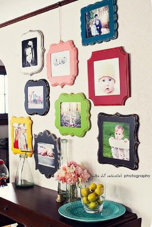 Formatos e molduras coloridas dão vida a parede com fotos