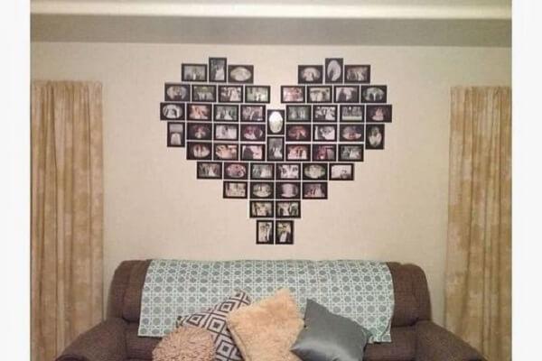 Forme um coração com o quadro de fotos para decoração da sala de estar