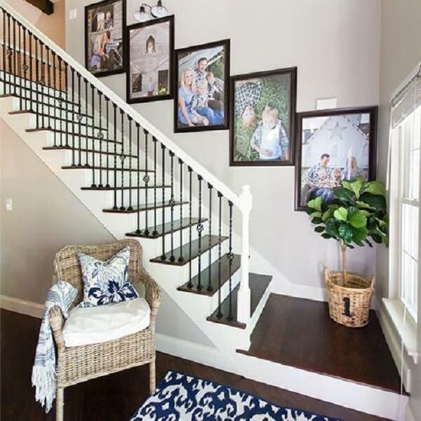 Harmonia na decoração com quadro de fotos na escada