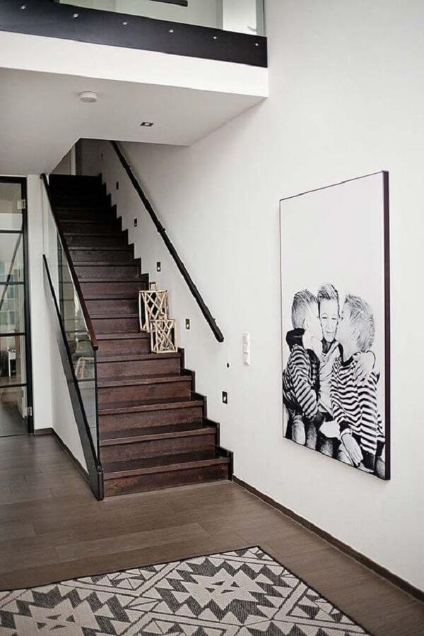 Quadro de fotos em família ao pé da escada