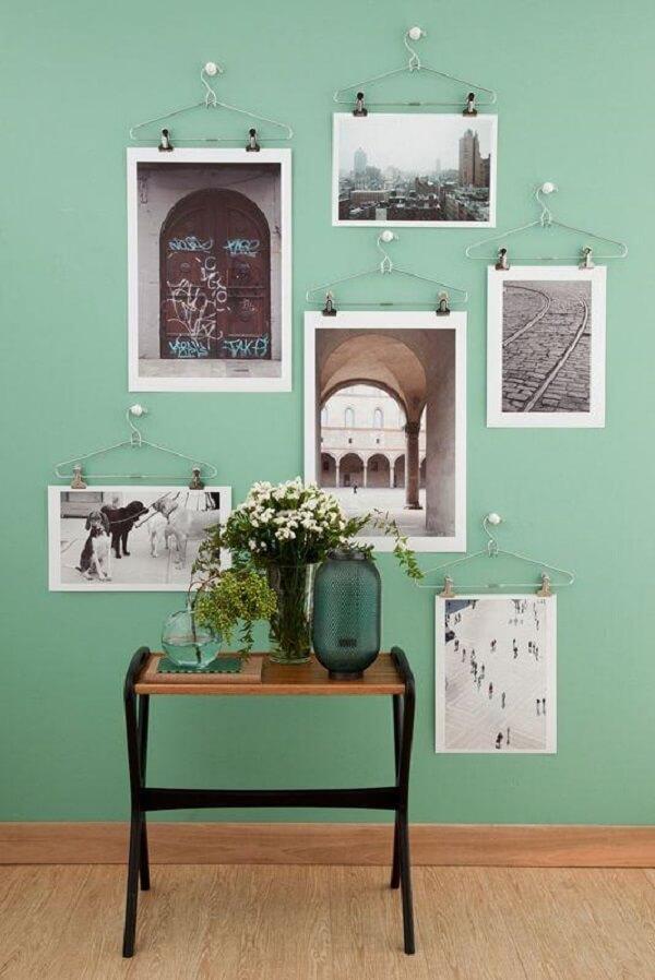 Crie uma decoração descontraída utilizando cabides como quadros de fotos