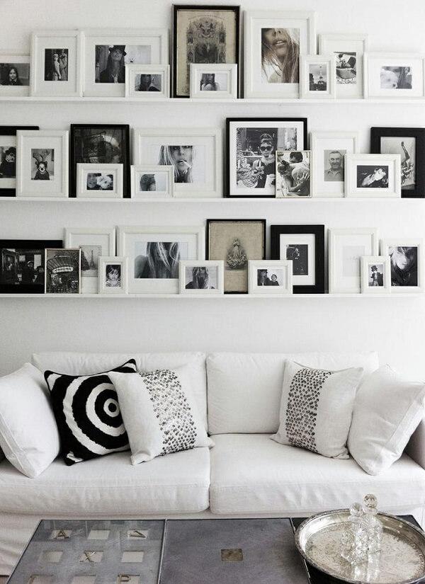 Quadro de fotos em preto e branco complementam com estilo a decoração da sala de estar